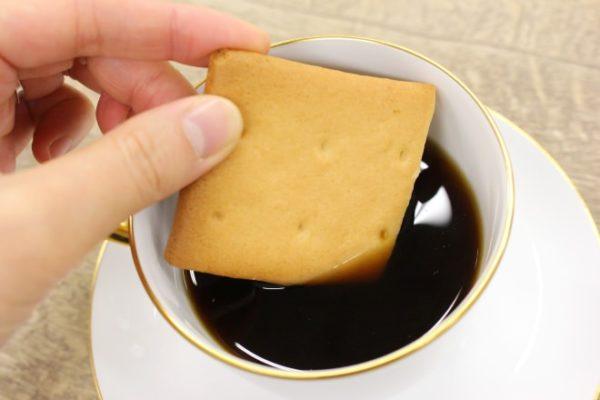 堅パンをコーヒーにひたす 写真