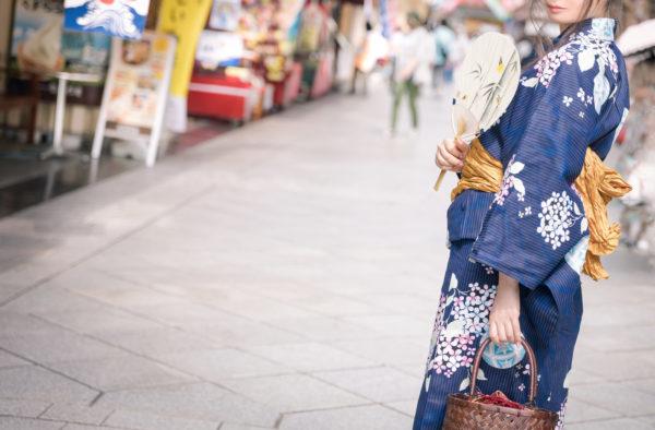 商店街にいる着物女性 写真
