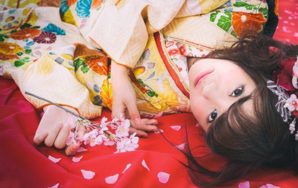 着物で寝転がる女性 写真