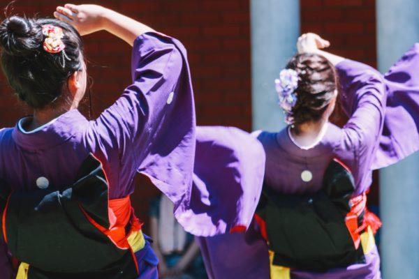 盆踊りに参加する着物女性 写真