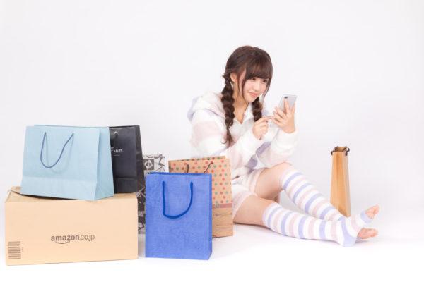 スマホでネットショッピングを楽しむ今時の女性