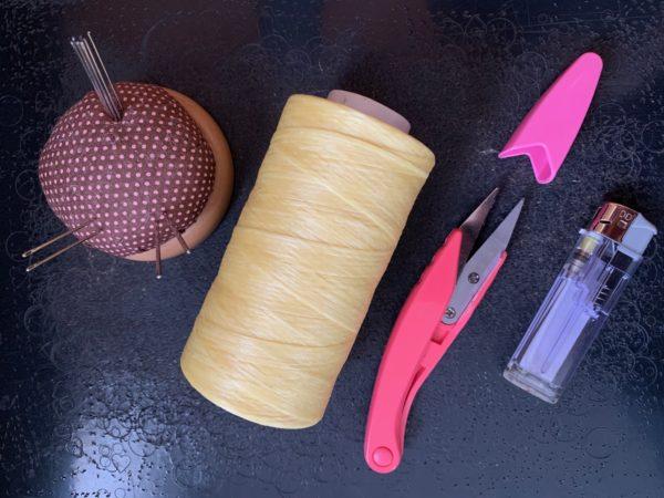 手縫い針・針差し シニュー糸 糸切バサミ ライター 写真