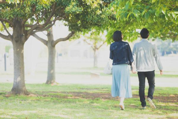 散歩するカップル 写真