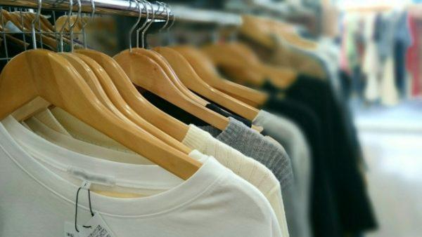 衣類が並ぶ 写真