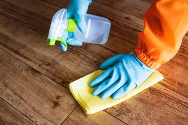 手袋履いて床の消毒 写真