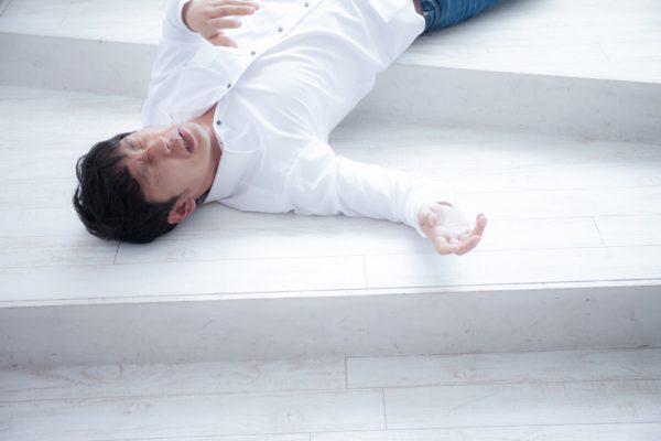 熱中症で倒れる男性 写真