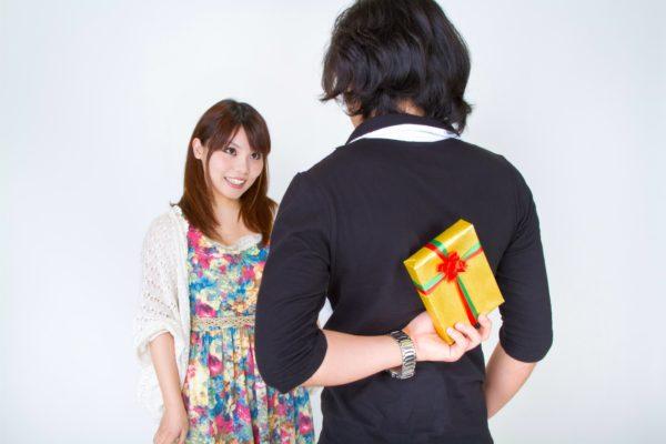 男性から女性へプレゼント 写真