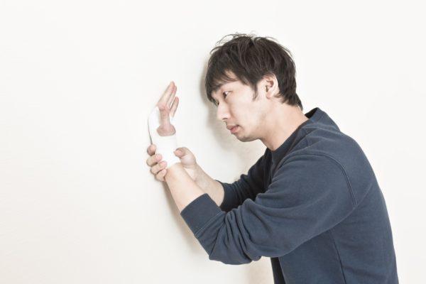 手首を痛めた男性 写真