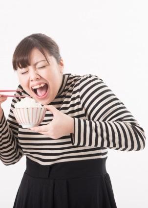 ダイエットに迷う女性 写真