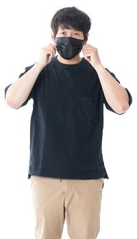 マスクに悩む男性 写真