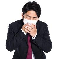 アレルギー症状に悩む男性 写真