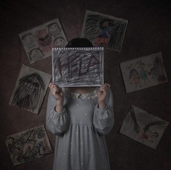 絶望の中の少女 写真