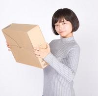 ネットショッピングする女性 写真