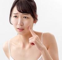 年齢肌に悩む女性 写真