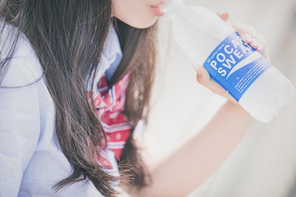 スポーツ飲料を飲む女子高生 写真