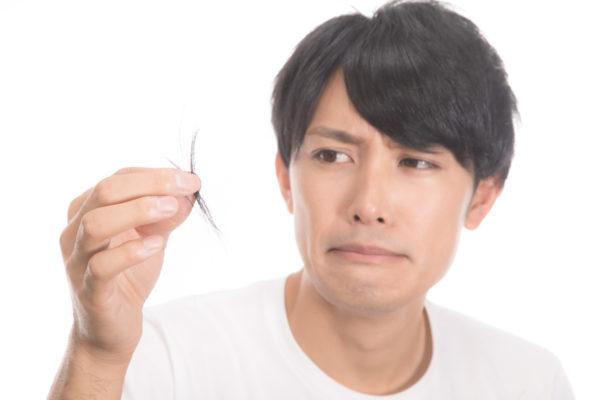 抜け毛に悩む男性 写真