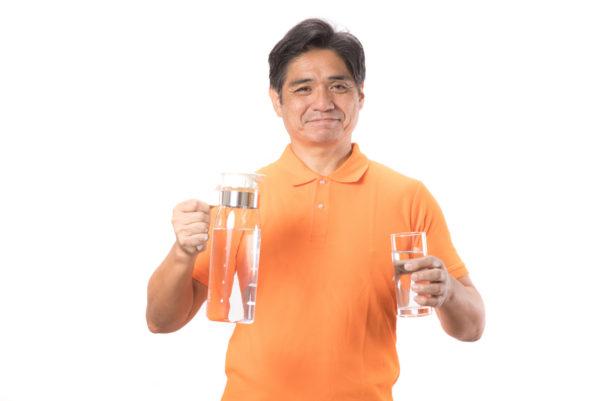 水を持つ男性 写真