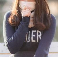 マスク着用に疑問のある女性 写真