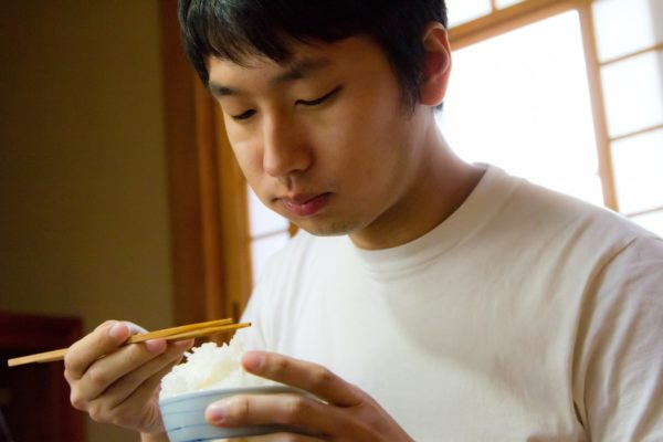 食事する男性 写真