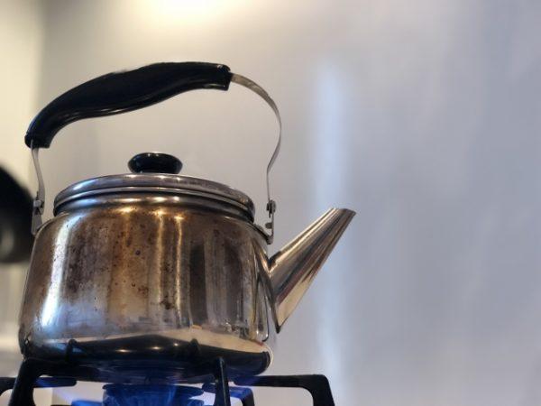 やかんでお湯を沸かす 写真