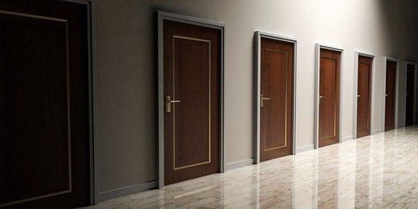 いくつもあるドア 写真