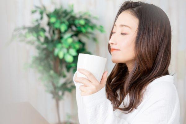 白湯を飲む女性 写真
