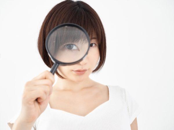 覆面調査する女性 写真
