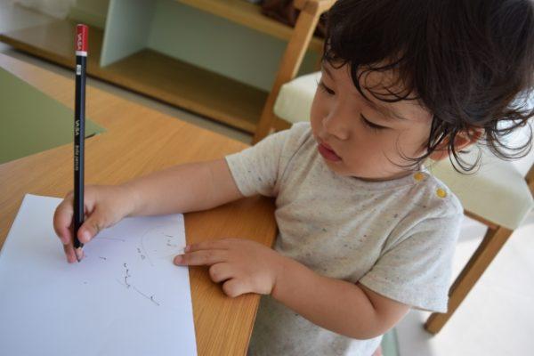 絵日記を書く子ども 写真