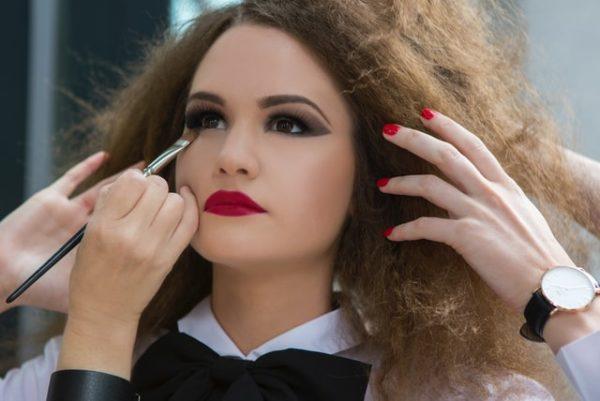 お化粧する女性 写真