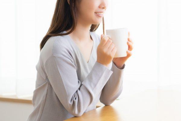 ホットドリンクを飲む女性 写真