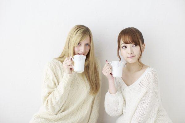 スープを飲む女性たち 写真