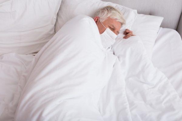 寝込む男性 写真