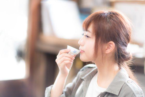 日本酒を飲む女性 写真