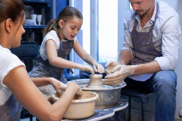 家族で焼き物を作る 写真