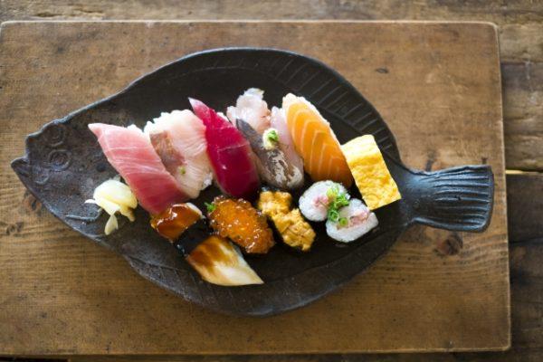 焼き物にのせた寿司 写真