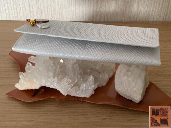 財布屋 白蛇シンプルイズベスト束入れと水晶 写真
