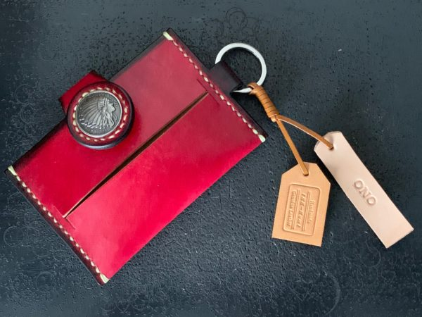 赤色 ティッシュケース 自社ロゴ&名前タグ付き 写真