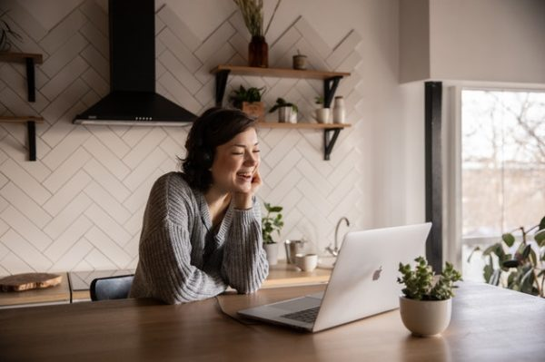 パソコンで応募する女性 写真