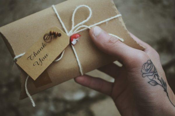 プレゼントを贈る 写真