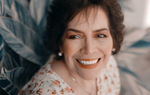 笑顔の中年女性 写真