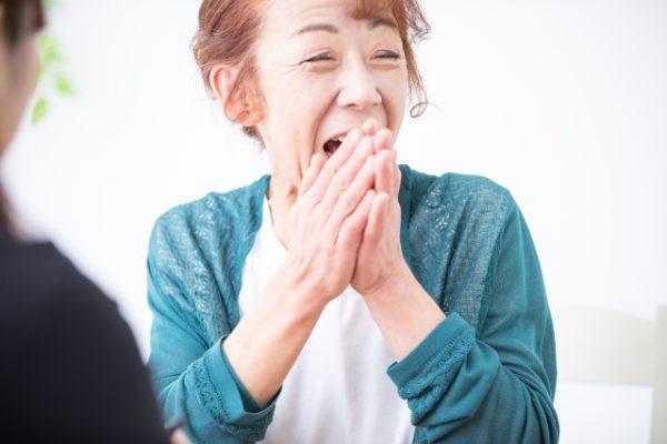 爆笑する中年女性 写真