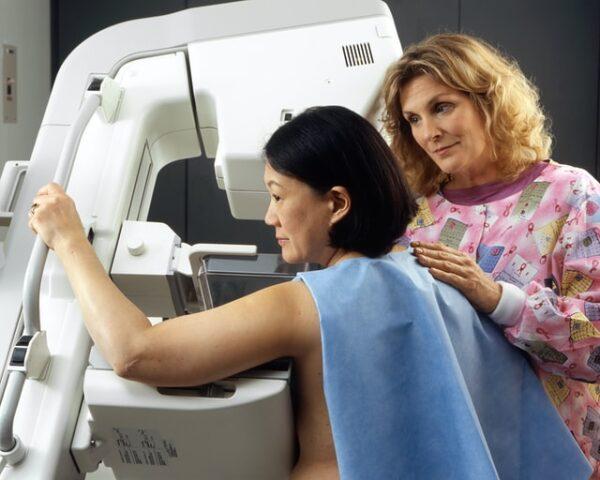 乳がん検診を受ける女性 写真