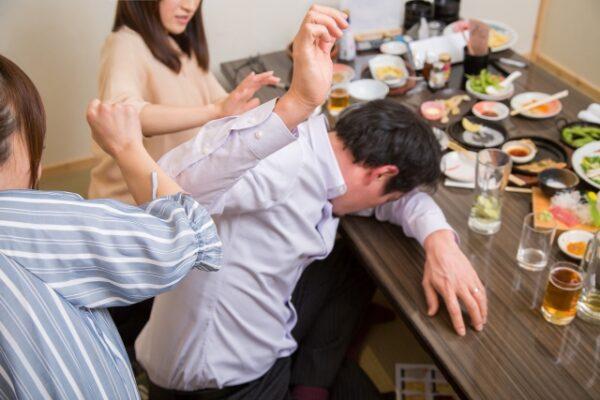 飲み過ぎてダウンする男性 写真