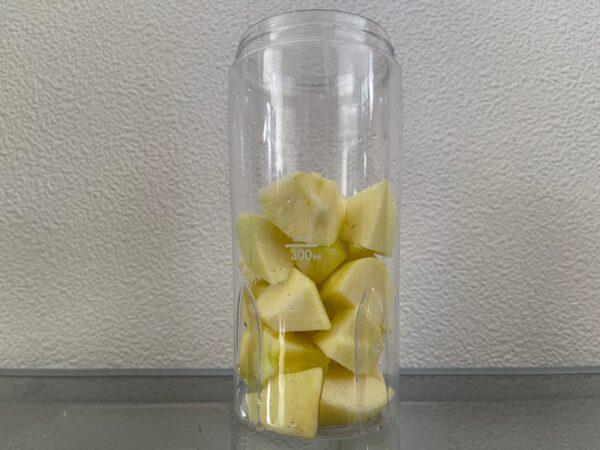 ポッカレモンで作るボケりんご復活ジュース ボケりんごをひと口大にカット 写真