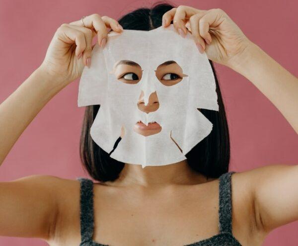 顔面パックする女性 写真