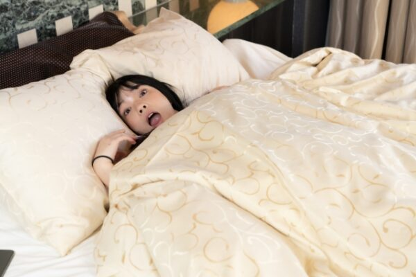 寝坊して焦る 写真