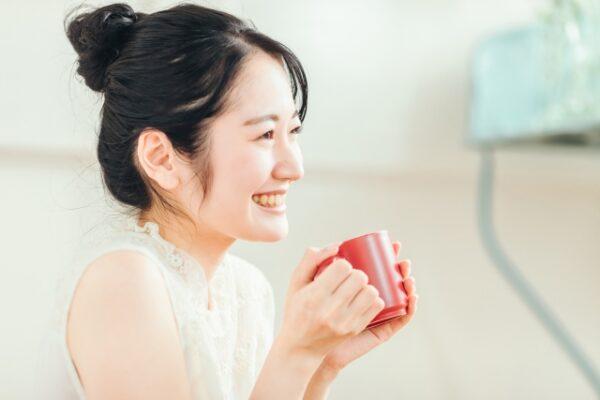 ホッと一息 笑顔の女性 写真