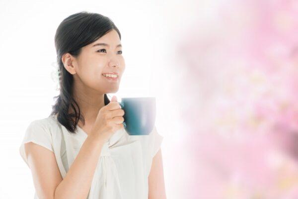 乳酸菌黒酢ヨーグルト味+牛乳でホッと一息する女性 写真